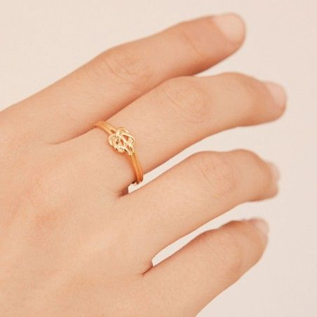Double knot gold ring hand