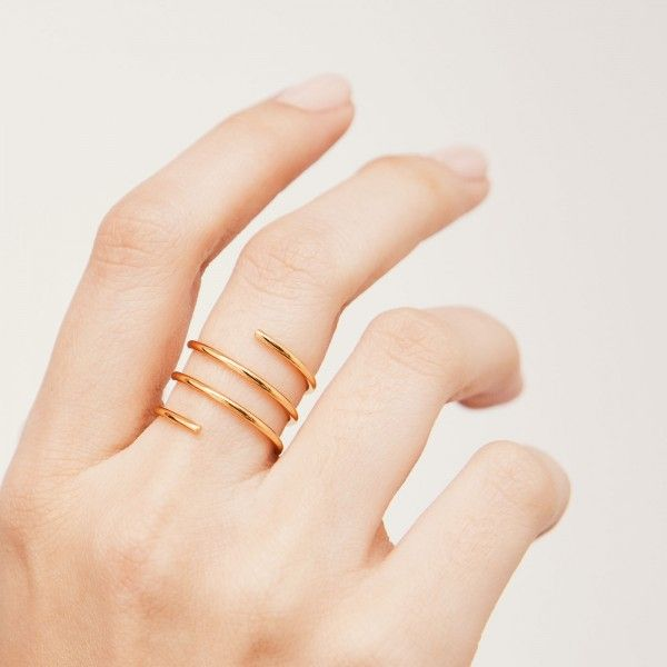 Whirl gold ring hand