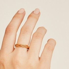 Braid gold ring hand