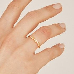 Shade gold ring hand