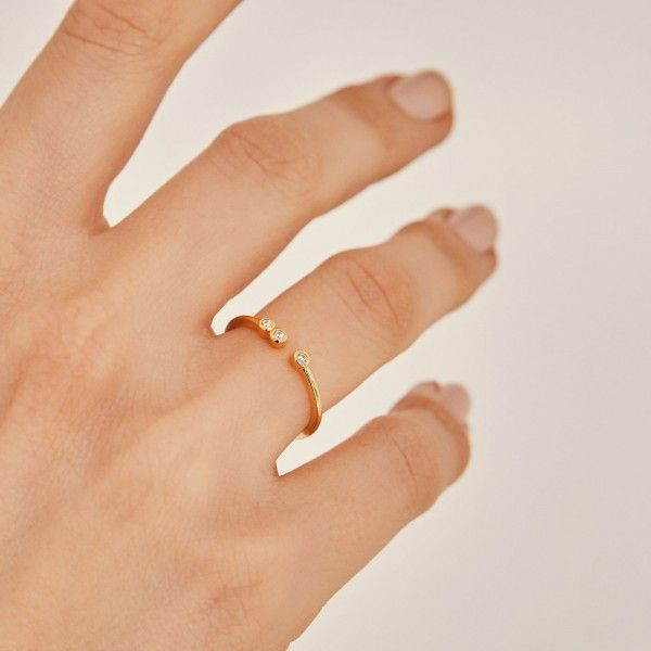 Coco gold ring hand
