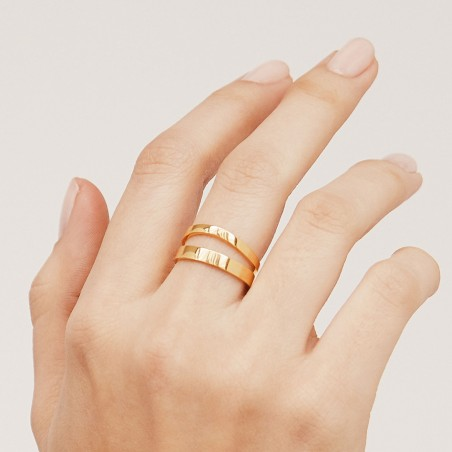 Wave gold ring hand