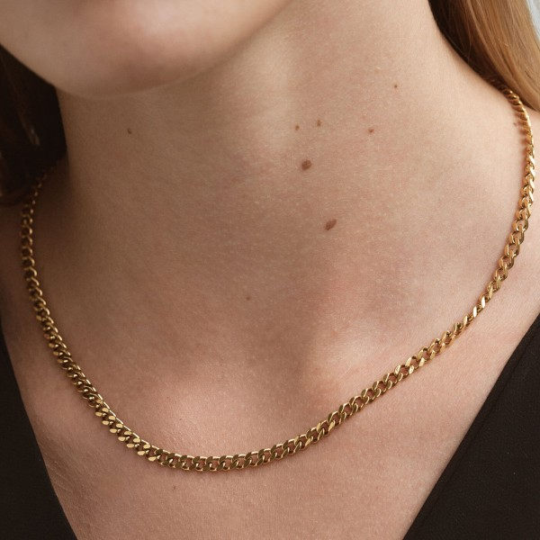 Gold link chain necklace detail 3